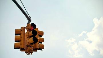 safetytrafficlightroadroutetravelcommuteskygostopslowfeaturedimage