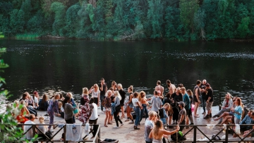 riverwaterpeoplegatheringsocialpartyhangingoutswimmingpartysummerfamilyfriendsfeaturedimage